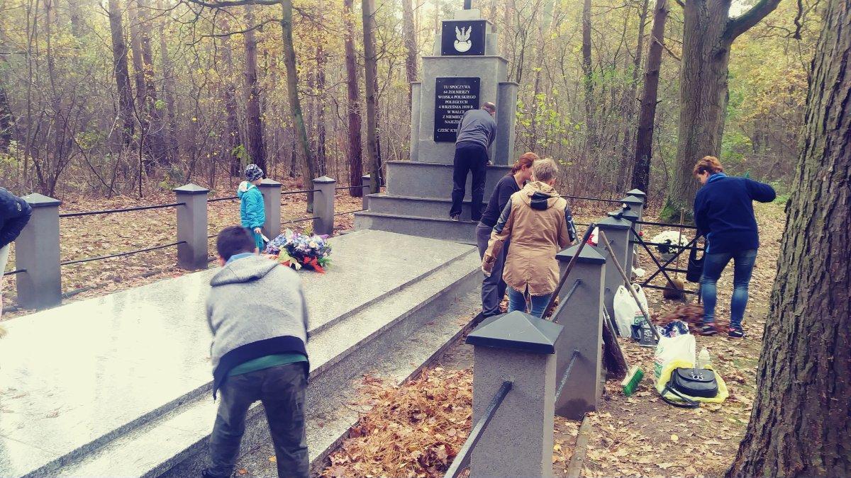 Przegladasz: Wszystkich Świętych-Porządkujemy groby.