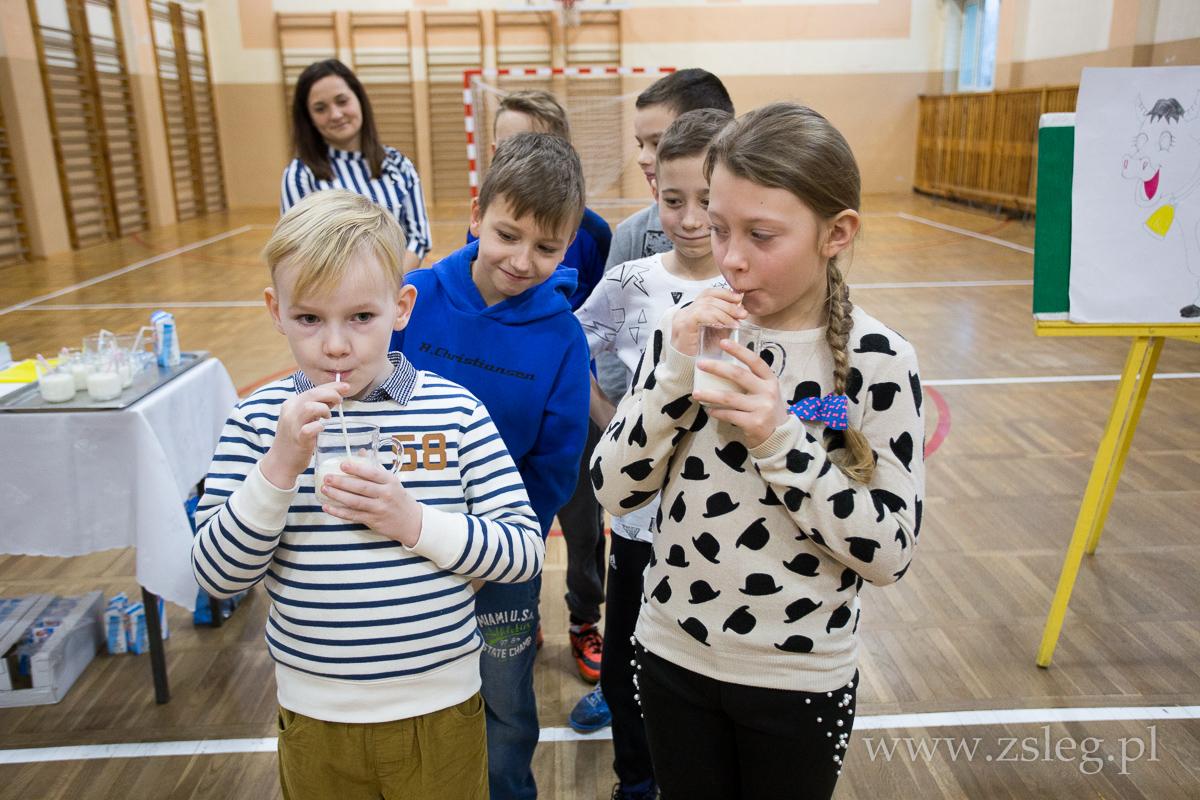 Przegladasz: Dzieci w Łęgu mleko piją……